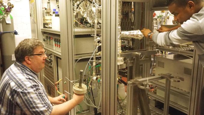 Einbau einer Katalysatorprobe in den dynamischen Synthesegasprüfstand des VKA